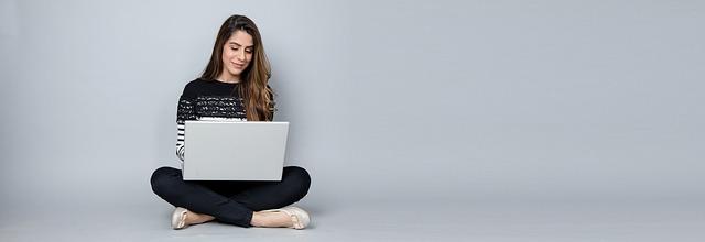 žena a laptop