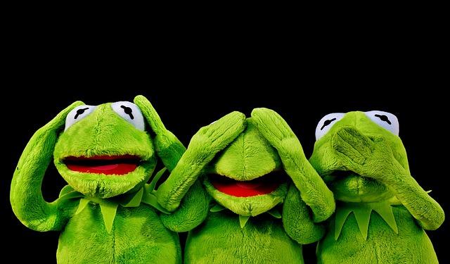 plyšové žáby zakrývající si oči uši ústa