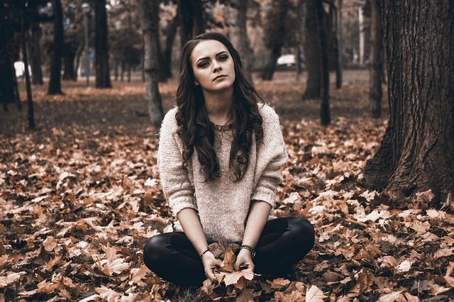 žena a popadané listí
