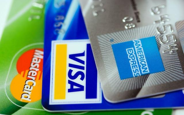 tři platební karty
