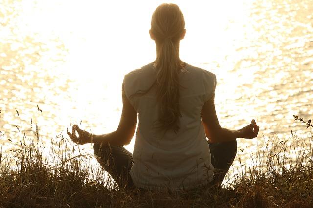 žena provádějící meditaci