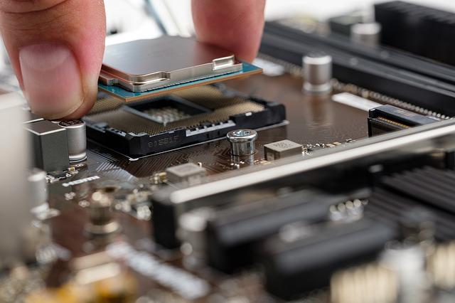 hardware počítače, ruka držící procesor