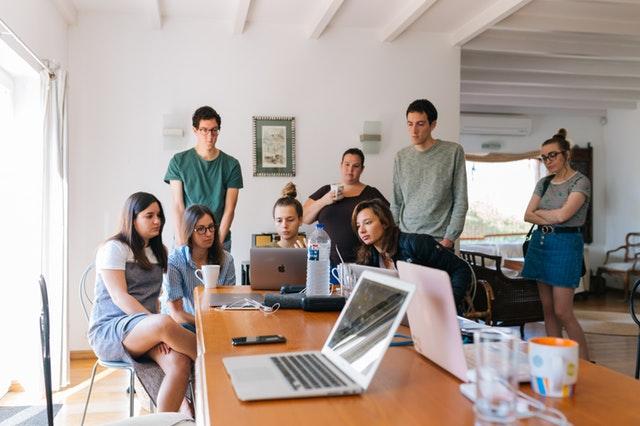 skupina lidí okolo počítače.jpg